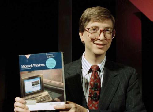 Bill Gates introduce Windows 1.0, 1983