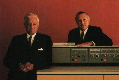 Presidente e vicepresidente IBM con un computer IBM 360, circa 1970